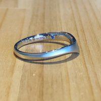 結婚指輪と青い宝石